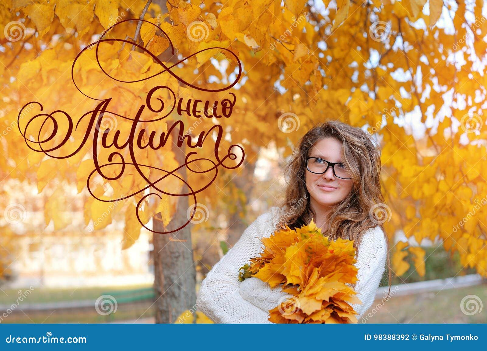 Cześć jesieni kaligrafii literowania tekst piękna dziewczyna w jesieni szkła dla wzroku w żółtym lea