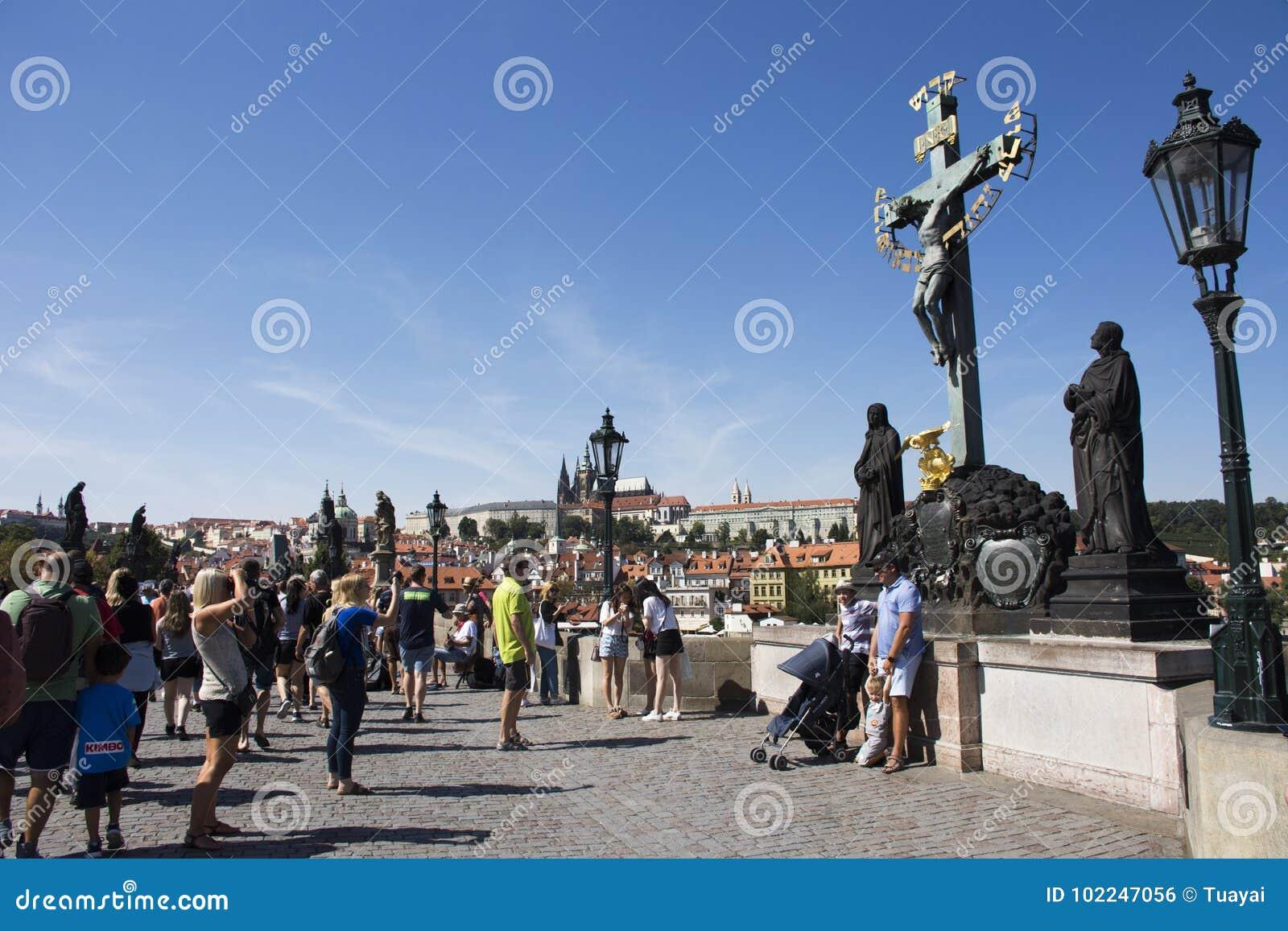 Czechia人和外国人在查理大桥的旅客走和参观