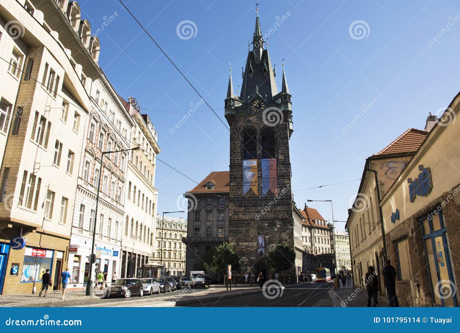 Czechia人和走外国人的旅客和参观亨利` s钟楼或者Jindrisska塔