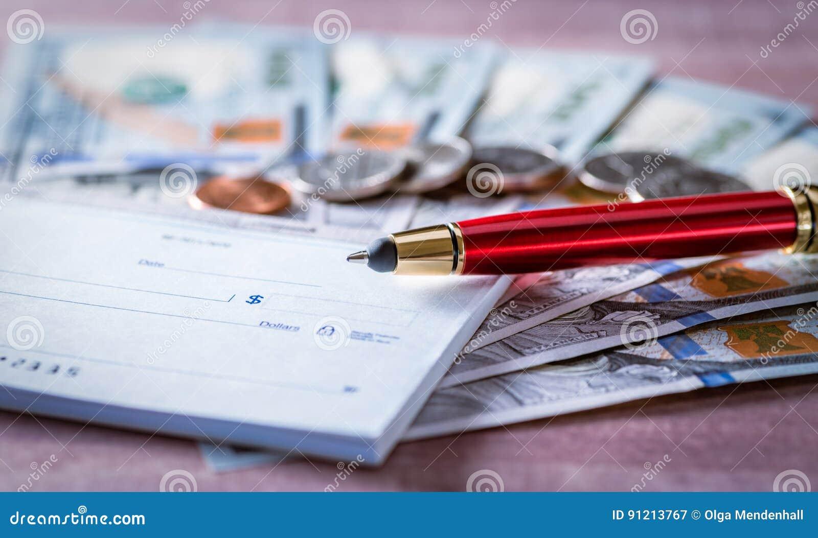 Czek książka, czerwony pióro, sto dolarowych rachunków, monety Finansowy oszczędzania i inwestyci pojęcie U S abstrakcjonistyczny