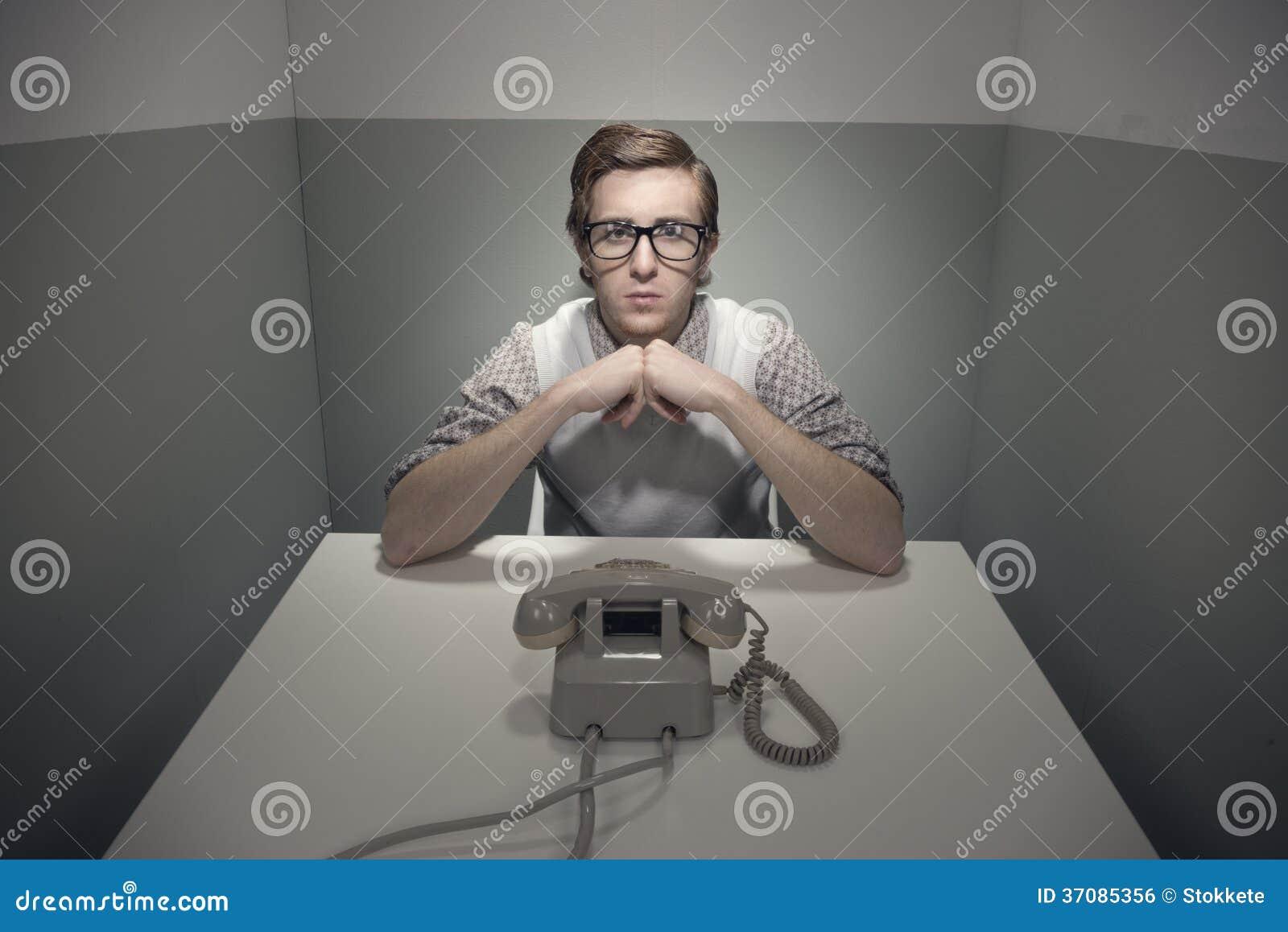 Download Czekać rozmowę telefonicza zdjęcie stock. Obraz złożonej z koszula - 37085356