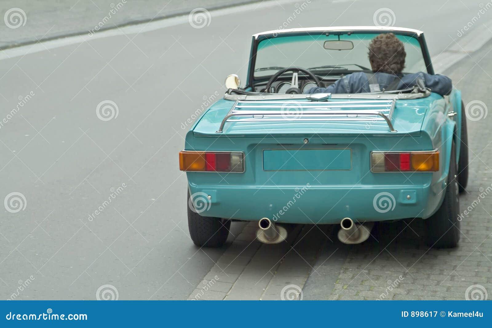 Czekaj sportscar kierowcy, stary