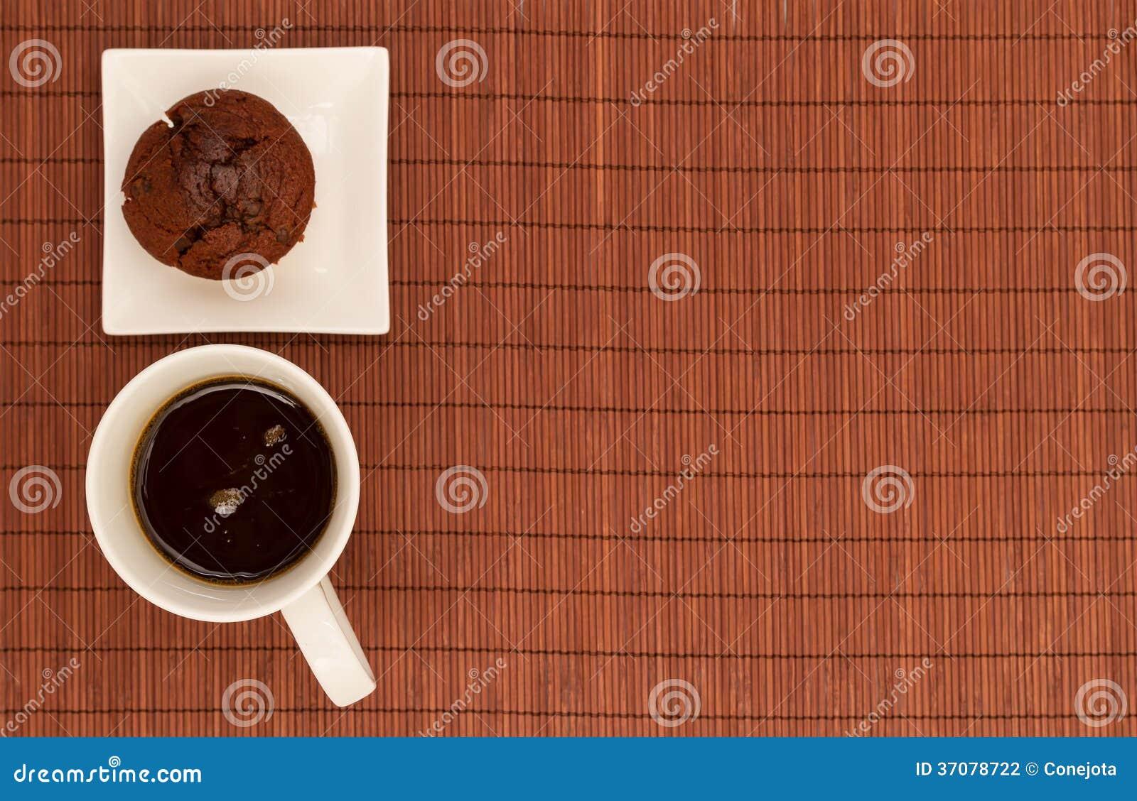 Download Czekoladowi Muffins Z Filiżanką Kawy Zdjęcie Stock - Obraz złożonej z tuczenie, smakosz: 37078722