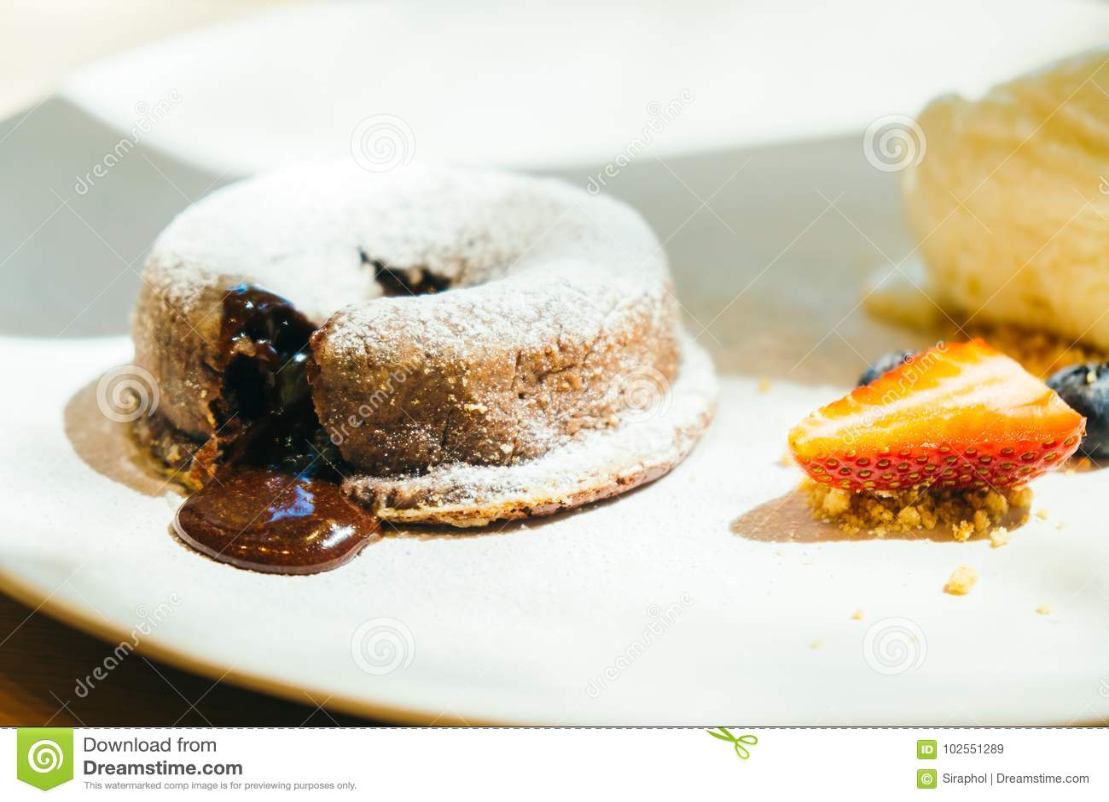 Czekoladowy punkt lawy tort z lody