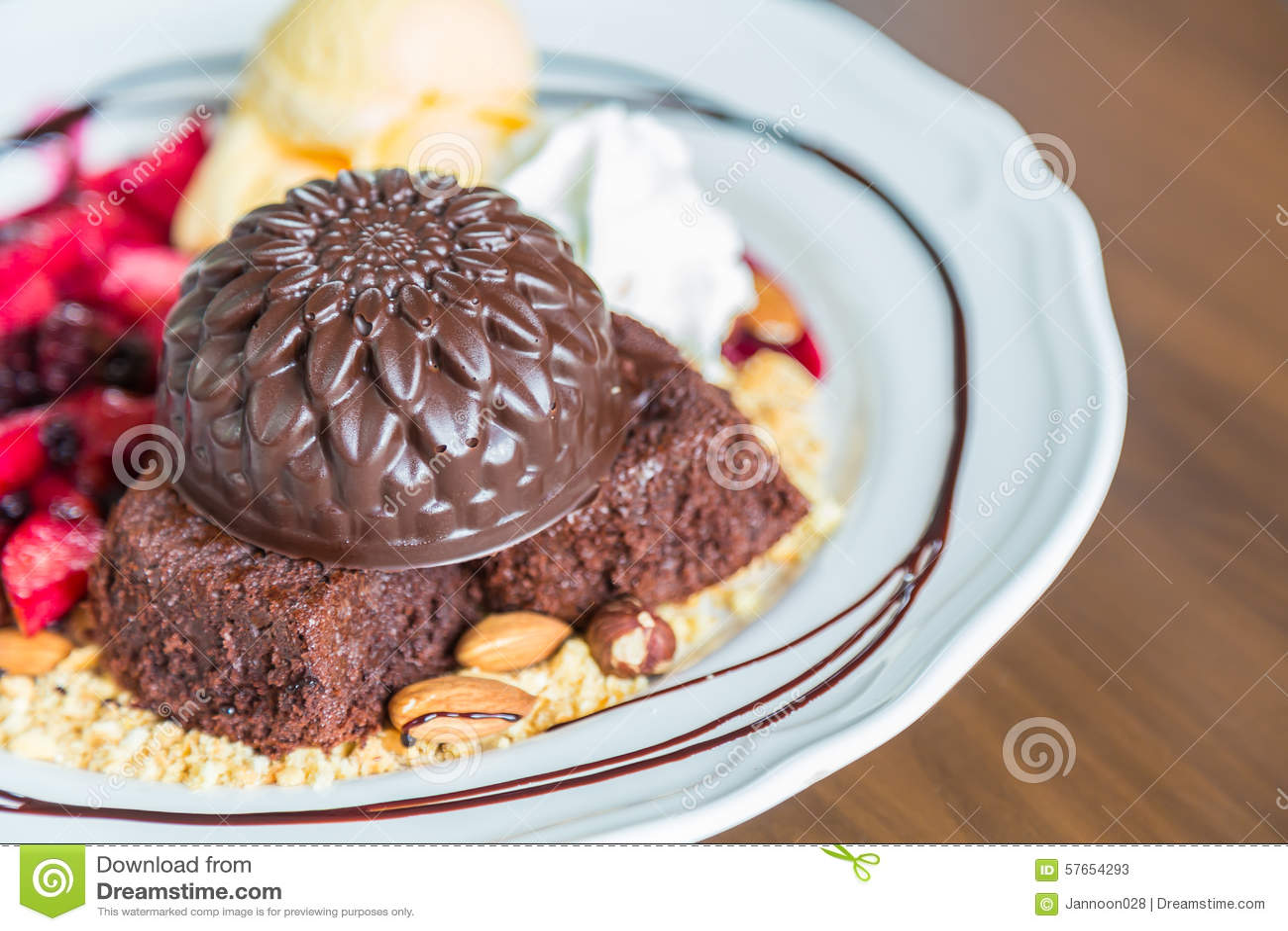 Czekoladowy tort z owocową brzoskwinią, czarny rodzynek