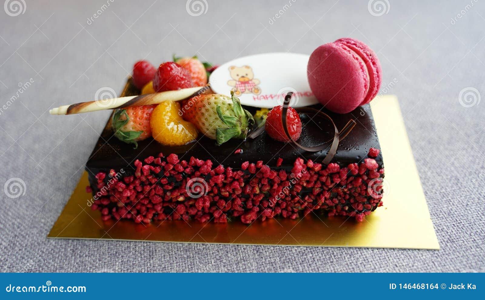 Czekoladowy urodzinowy tort z macaron