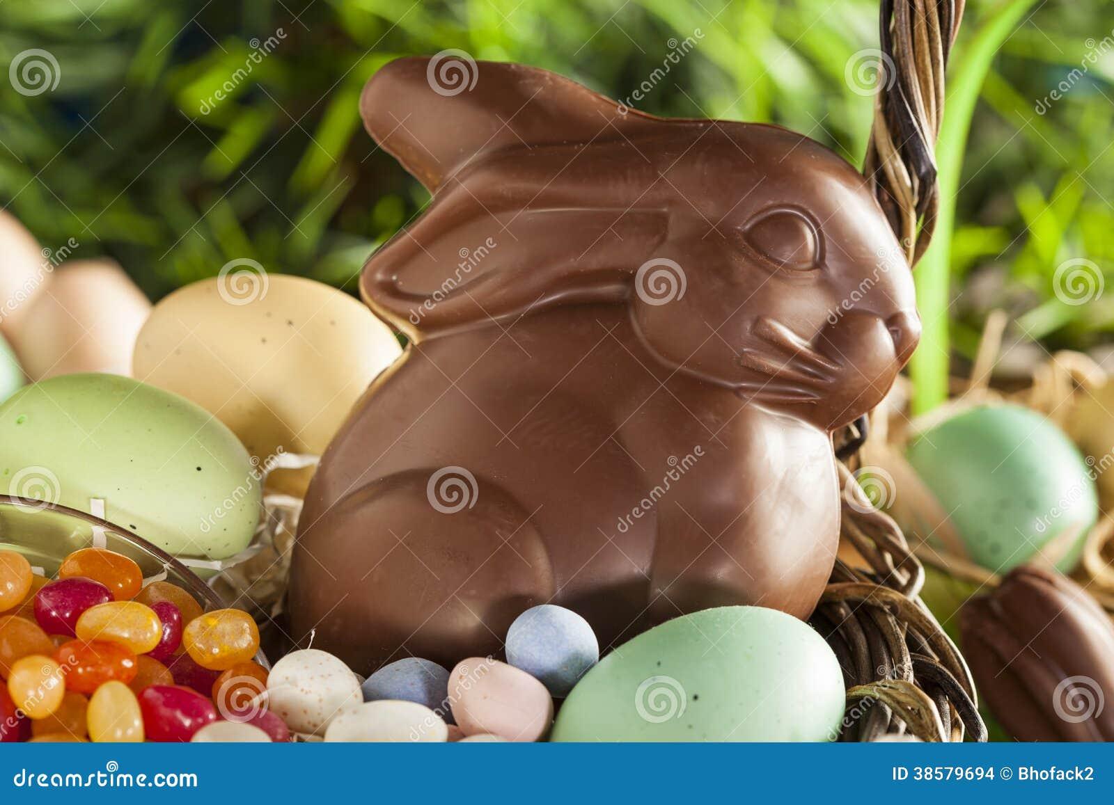 Czekoladowy Wielkanocny królik w koszu