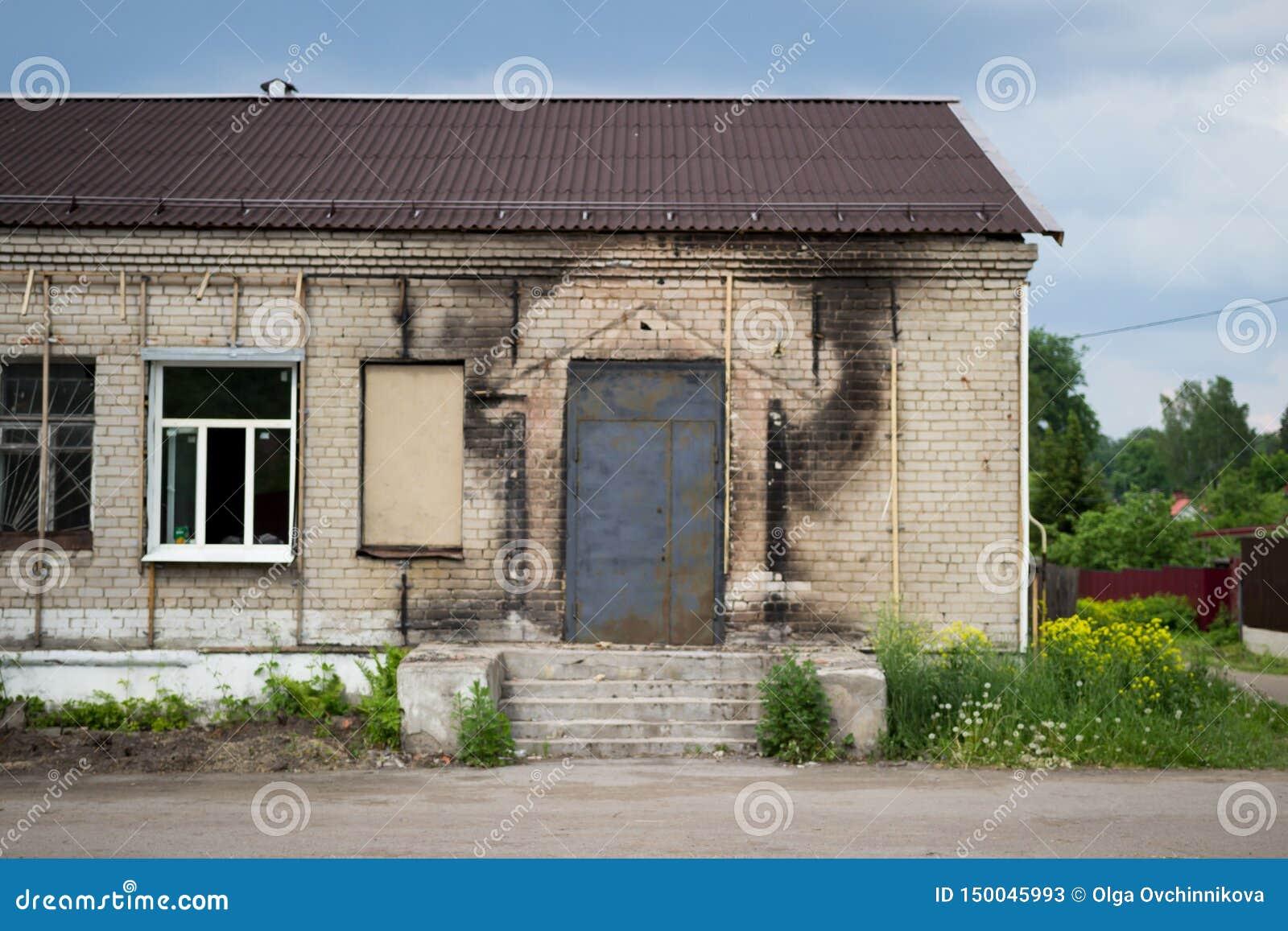 Czerń ślada sadza na ścianie budynek, zostaje po ogienia Gankowy i nowy drzwi