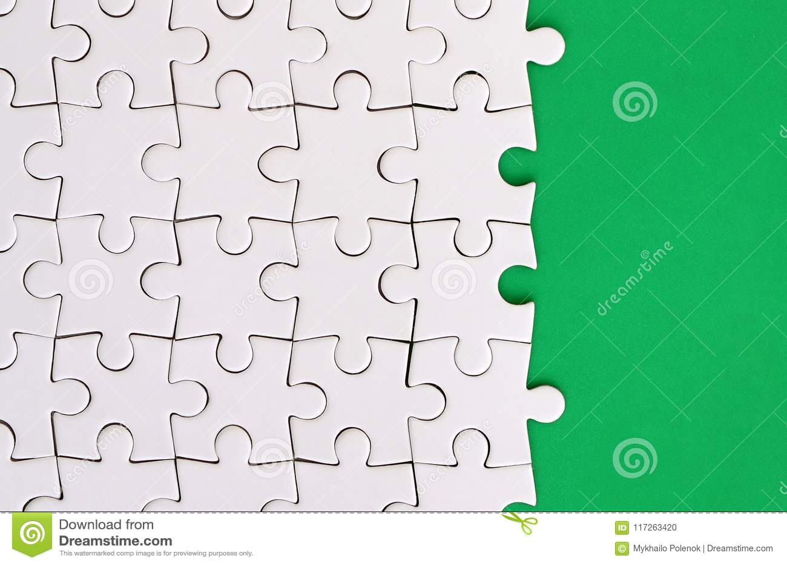 Czerep fałdowa biała wyrzynarki łamigłówka na tle zielona klingeryt powierzchnia Tekstury fotografia z kopii przestrzenią dla tek