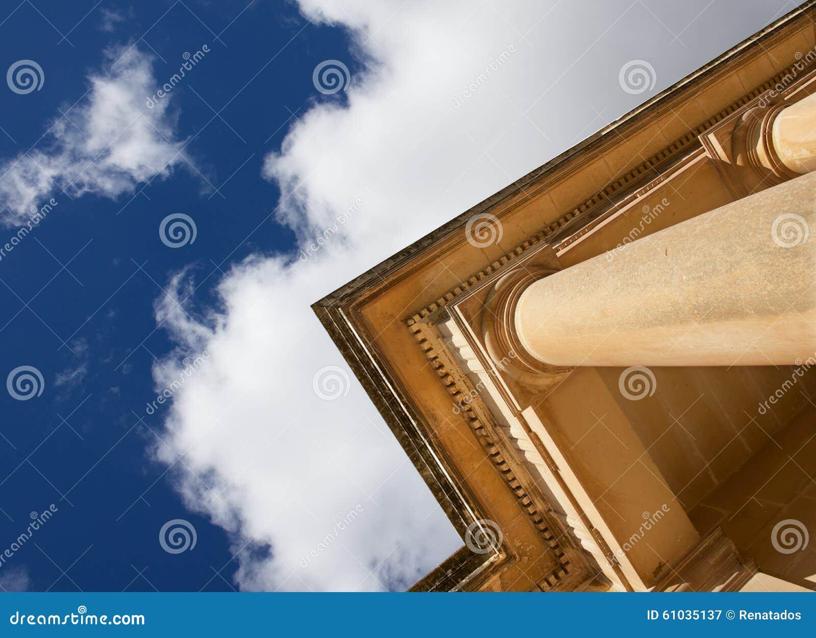 Czerep stara kolumna w różnym kącie, rozpada się starej kościół formy różnego punkt z ładnym chmurnego nieba tłem dyferencja