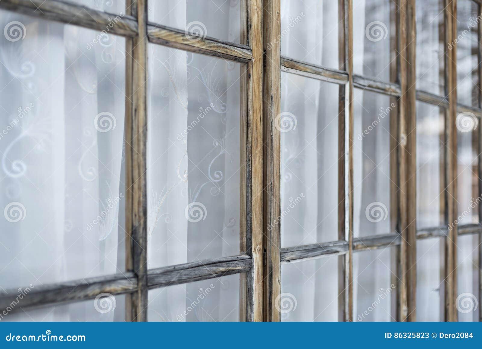 Czerep stary ganeczek z okno zamykał zasłony
