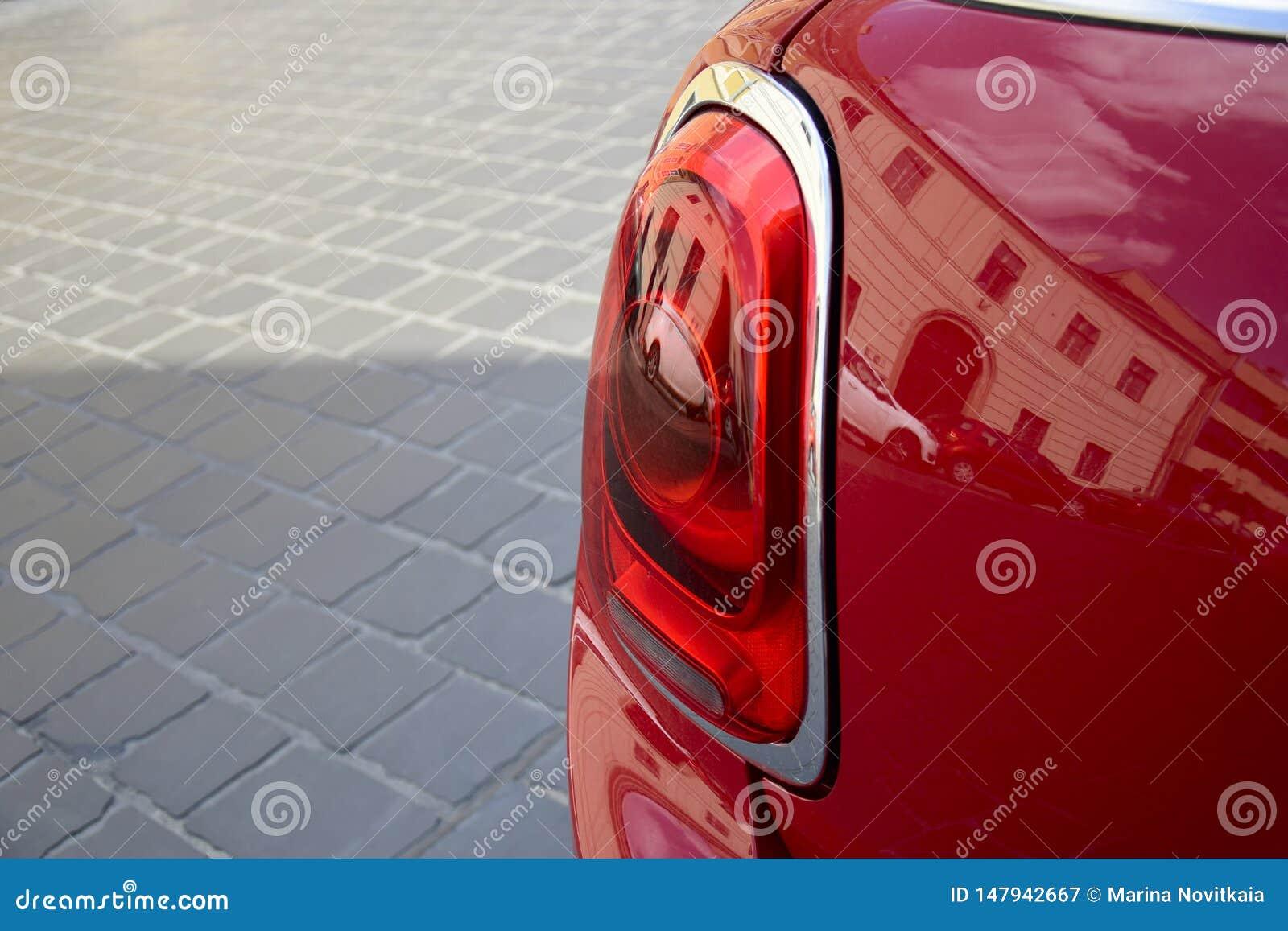 Czerep tylni reflektor czerwony samochód na tle brukowi kamienie