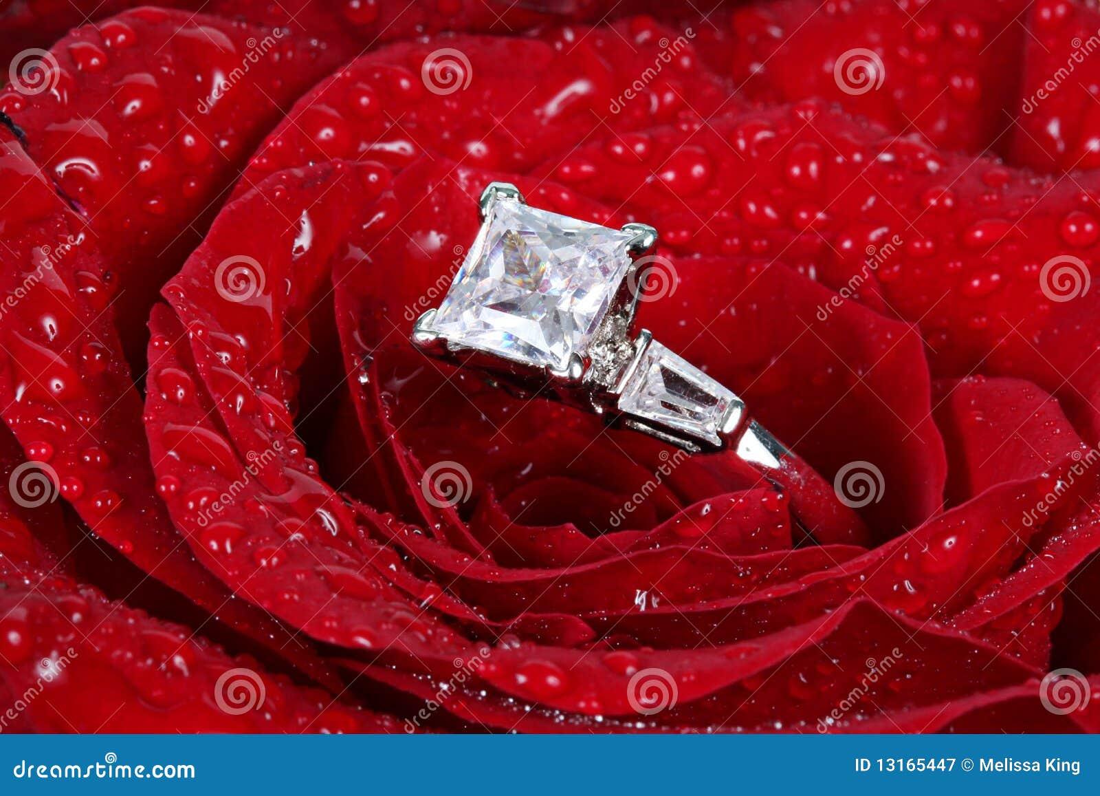 Czerwień diamentowy pierścionek wzrastał