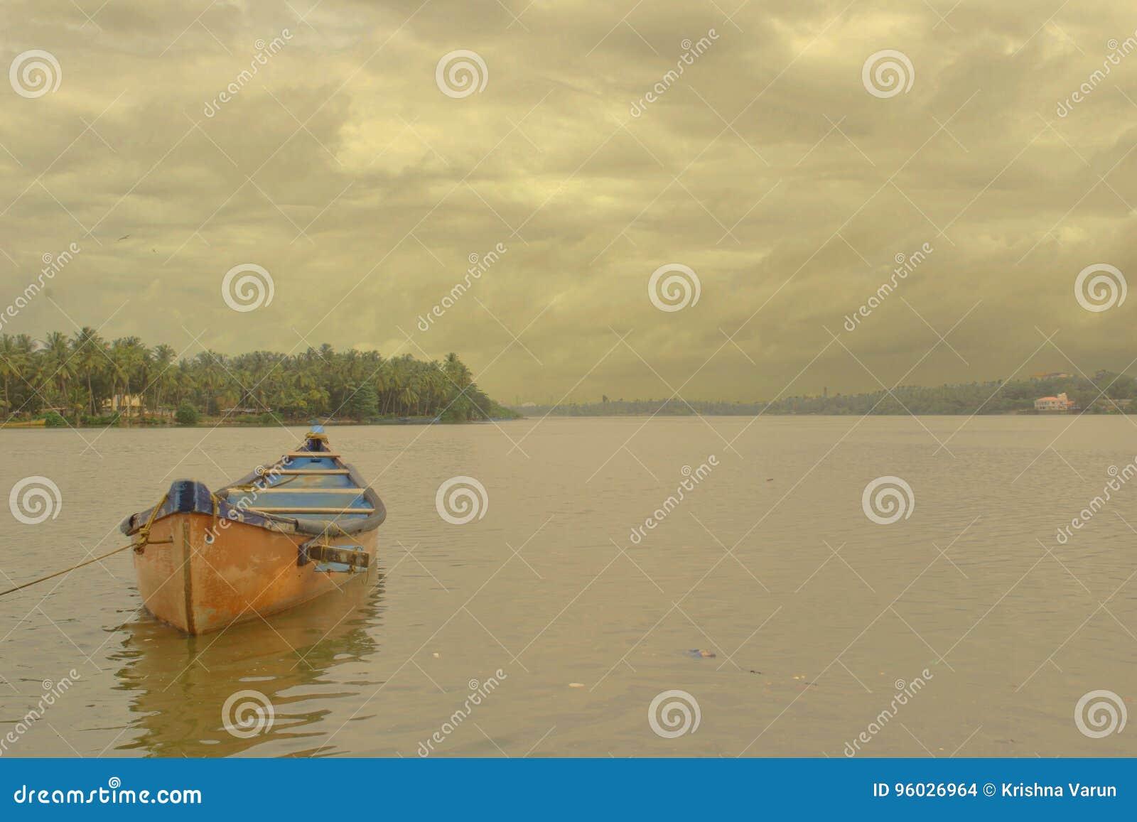 Czerwona łódź w Mangalore