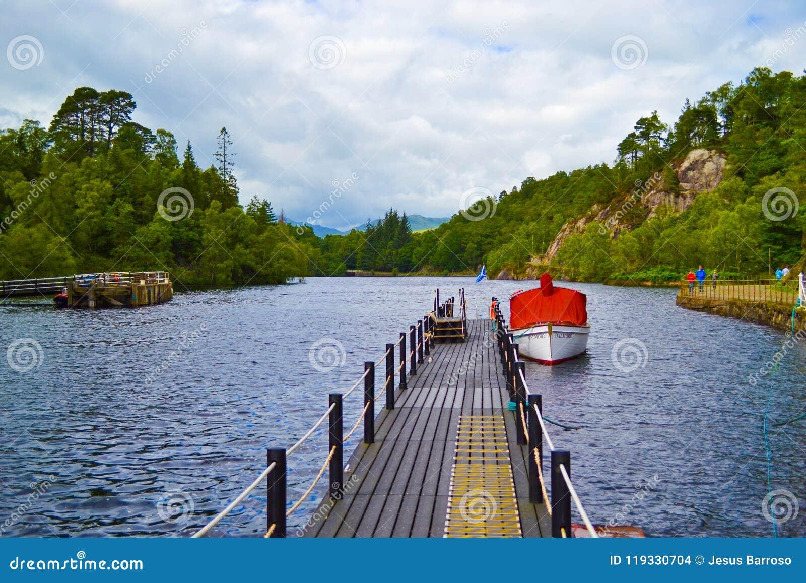 Czerwona łódź w portowym doku w sławnym jeziorze w Szkocja: Loch Kat