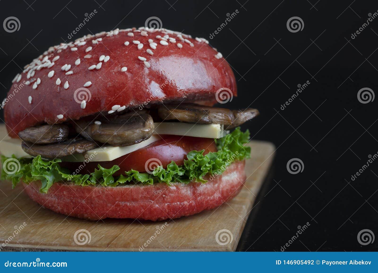 Czerwona babeczka i Świeży sezam na piec babeczkach, soczystej crispy pieczarkowej hamburger babeczce, zdrowym posiłku dla lunchu