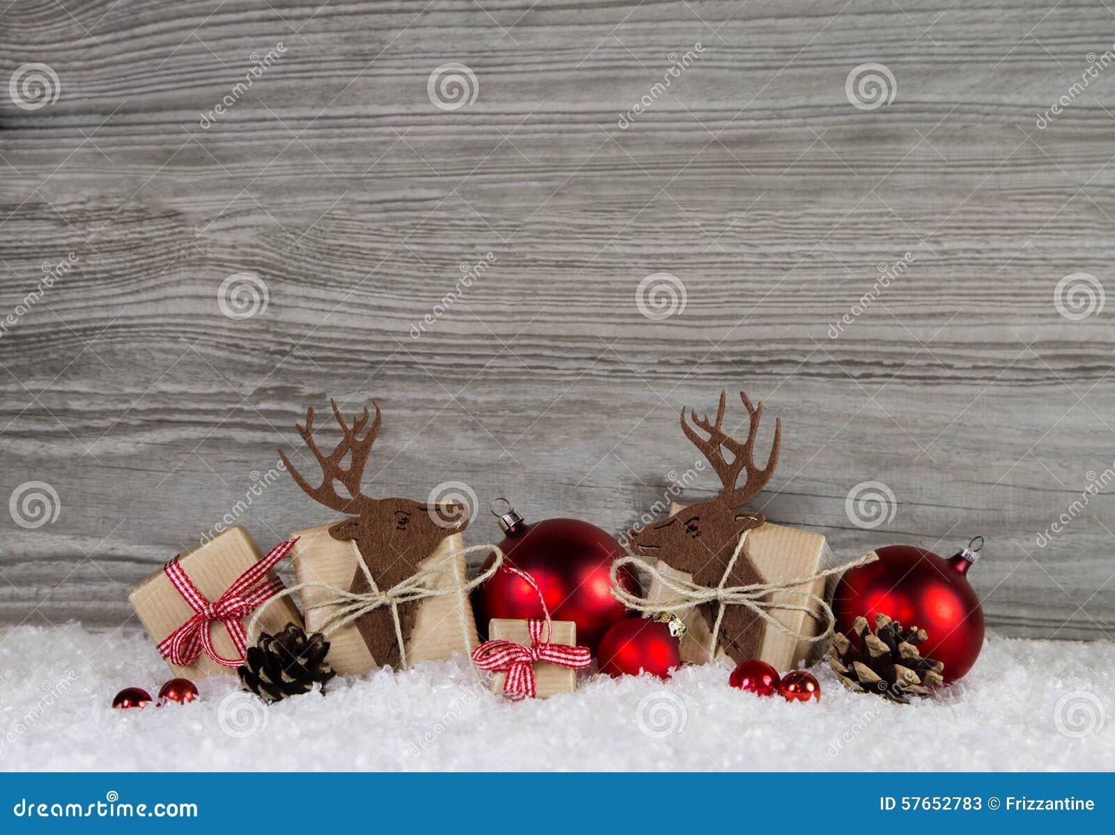 Czerwona boże narodzenie dekoracja w kraju stylu z prezentów pudełkami, reind