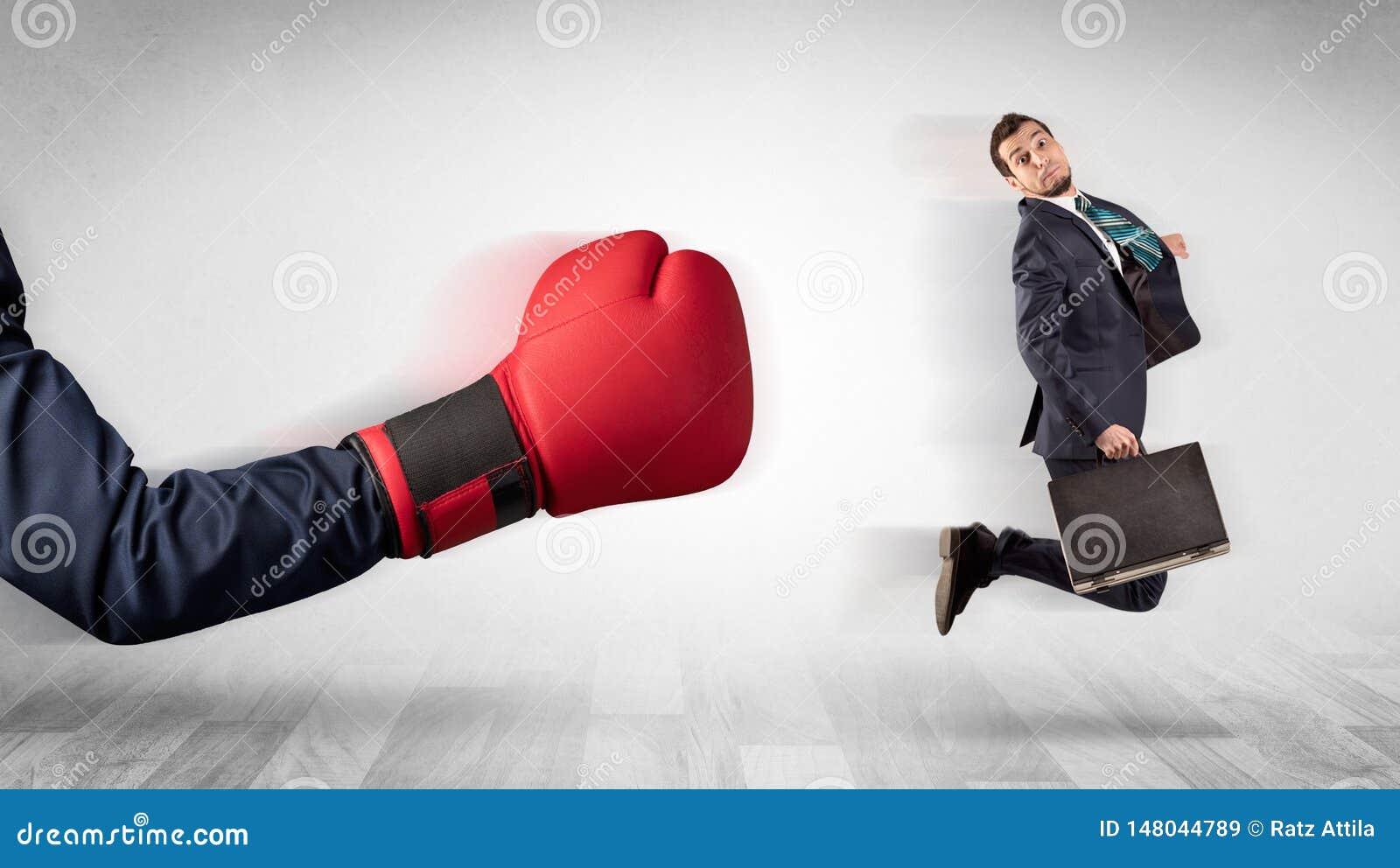 Czerwona bokserska r?kawiczka puka out ma?ego biznesmena