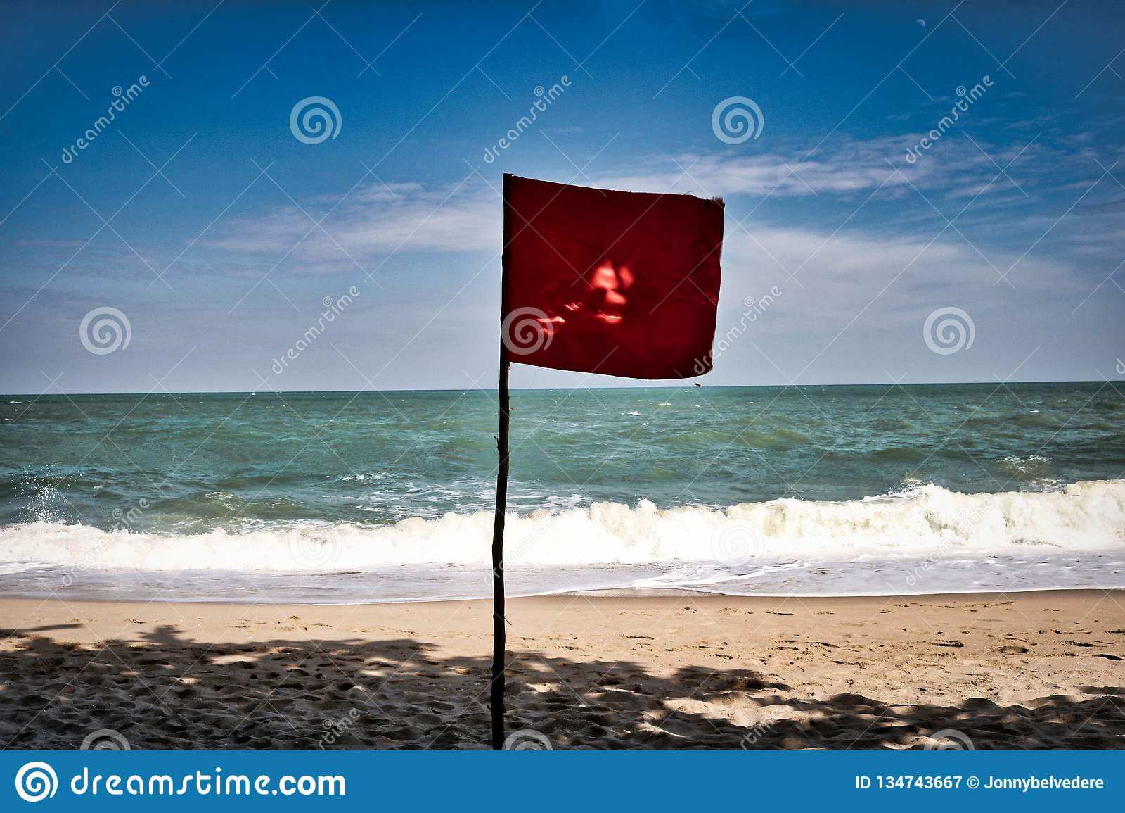 Czerwona flaga na plaży