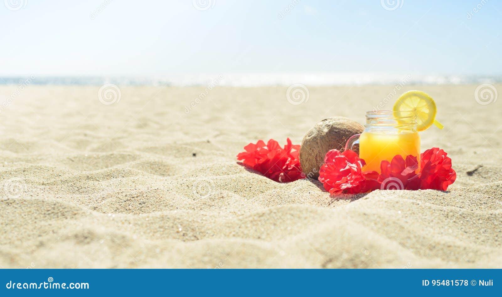 Czerwona Hawajska lei girlanda na plaży
