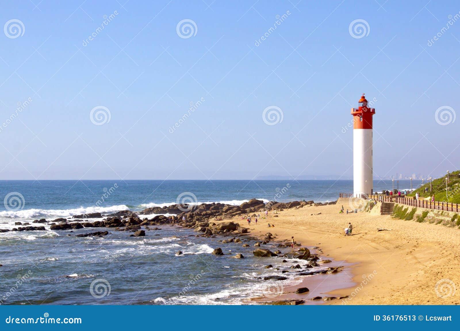 Czerwona I Biała latarnia morska Na plaży W Umhlanga skałach, Durban