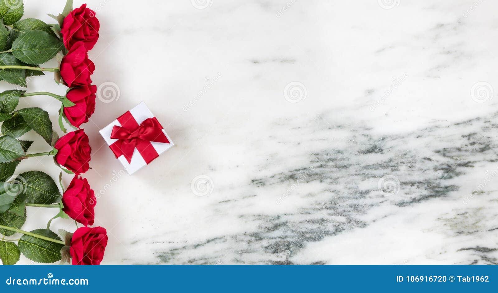 Czerwona miłość dla sezonu wakacyjnego na marmurowym tle