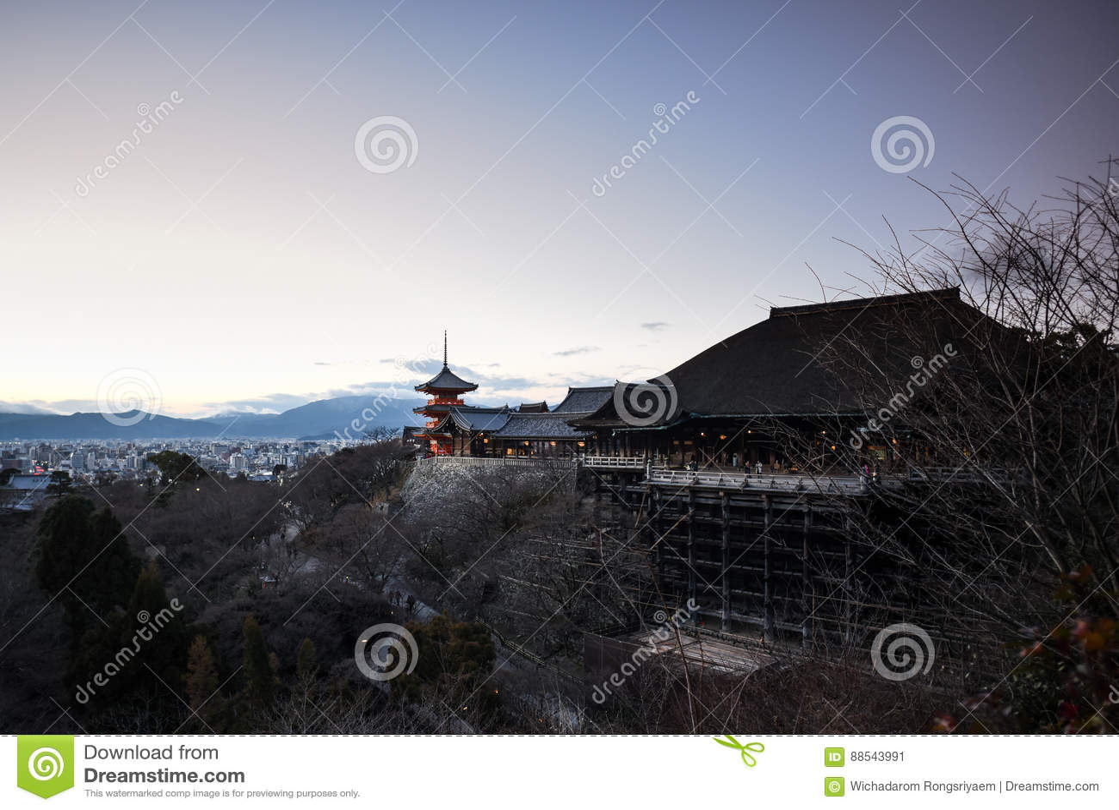Czerwona pagoda przy Kiyomitzu świątynią