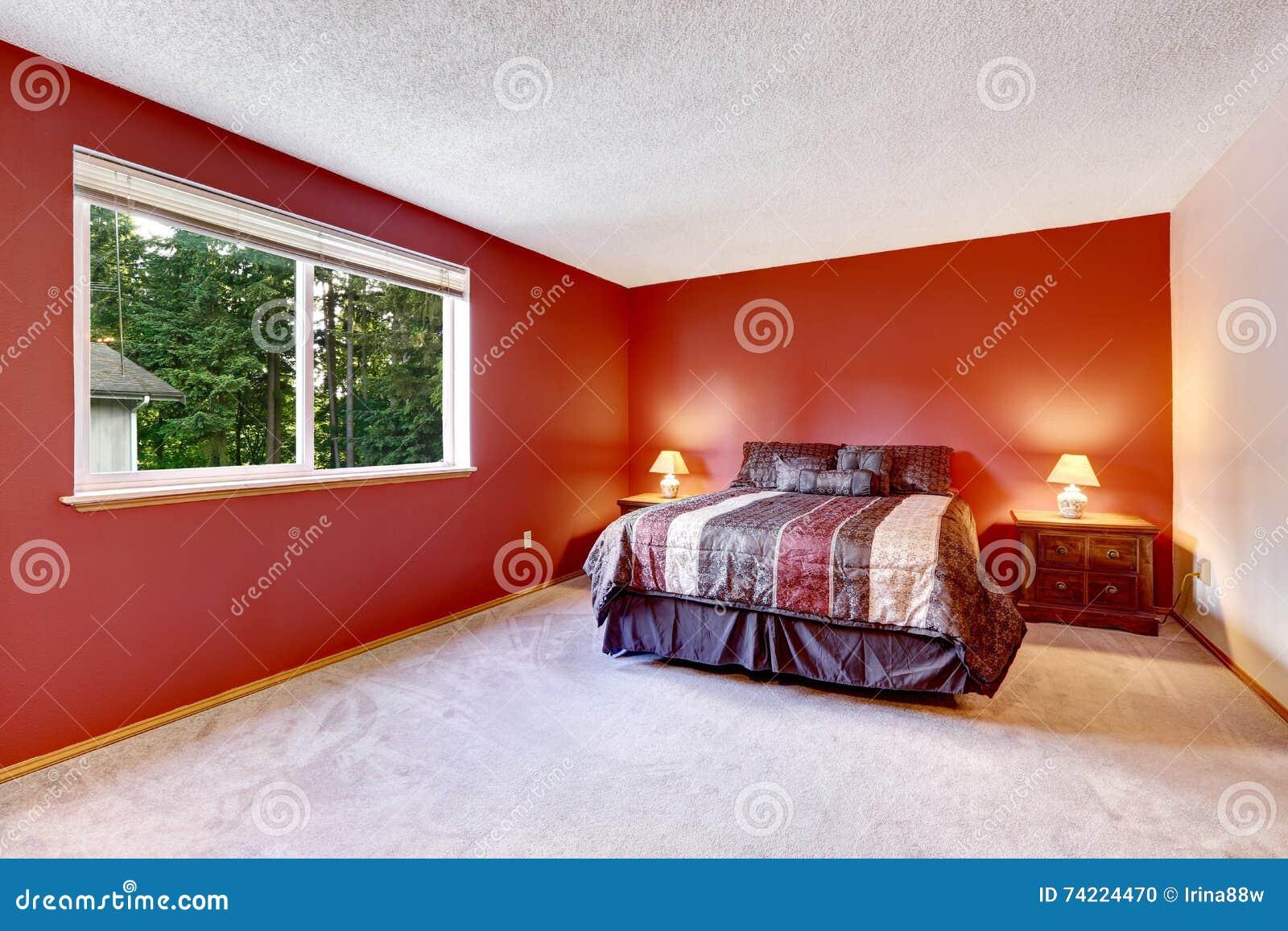 Czerwona Sypialnia Z Beżową Dywanową Podłoga I Jaskrawą