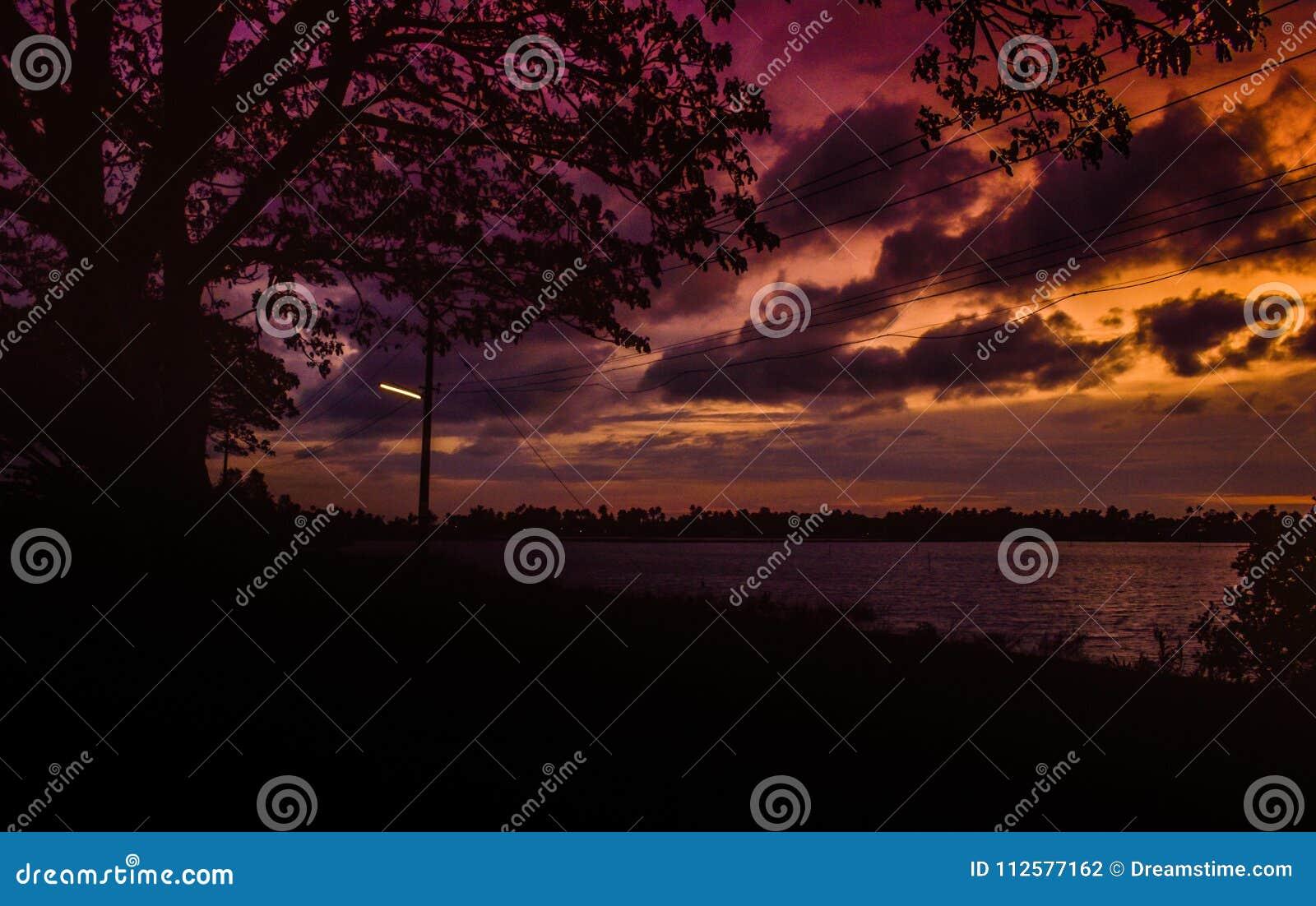Czerwonawego wieczór jeziorny boczny widok