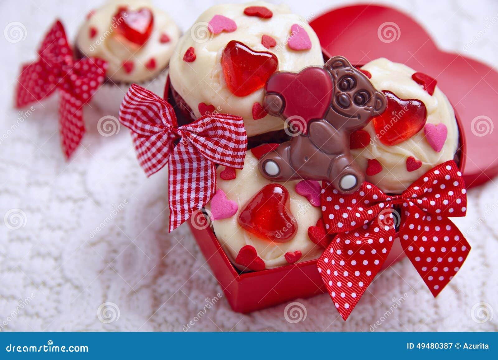 Czerwone aksamitne babeczki dekorować z sercami