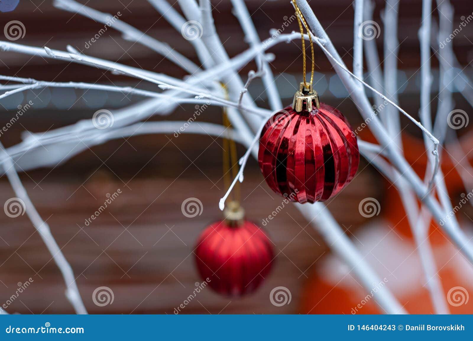 Czerwone Bożenarodzeniowe piłki na białych gałąź