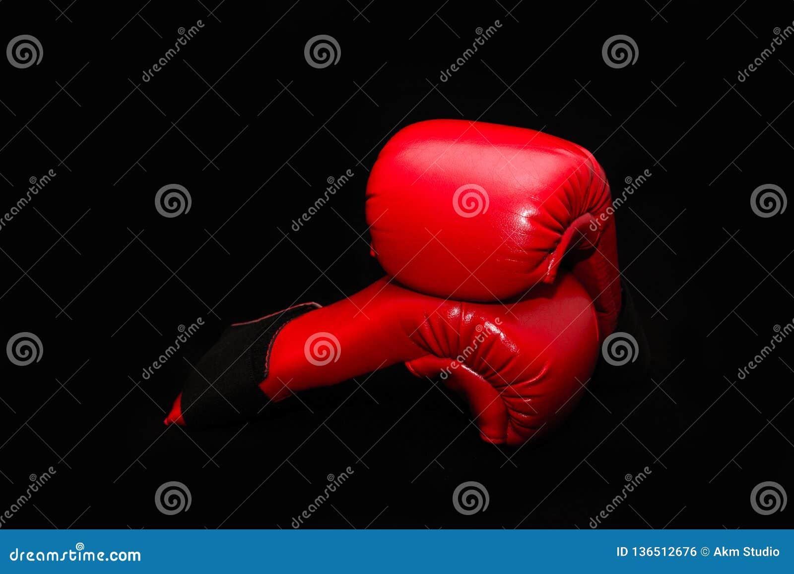 Czerwone bokserskie rękawiczki na czarnym tle