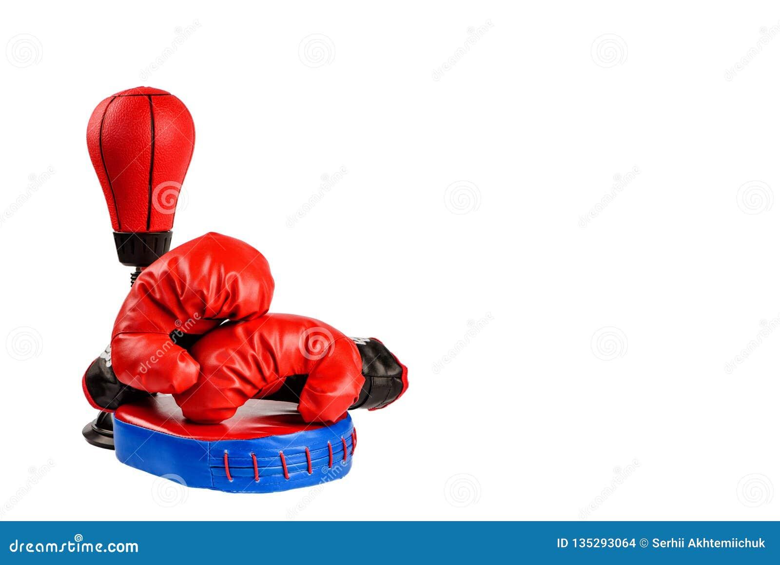 Czerwone bokserskie rękawiczki z dolarowymi rachunkami na białym tle