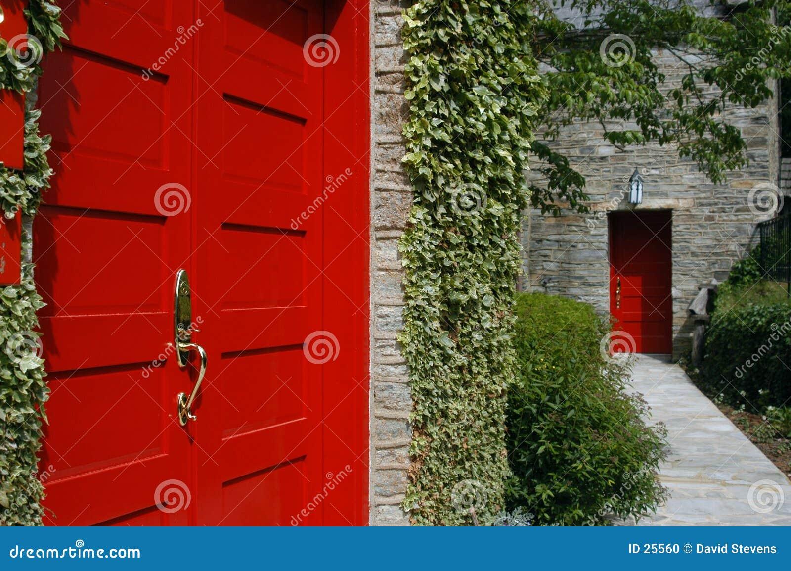 Czerwone drzwi.