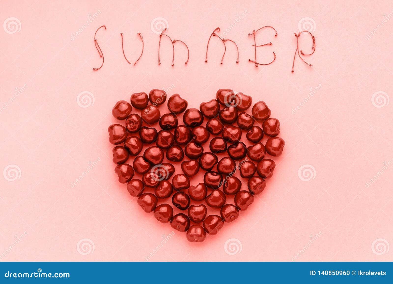 Czerwone jagodowe słodkie wiśnie w kształcie serca i teksta lato modny koralowy cień, kolor roku 2019 szablon dla pocztówki lub