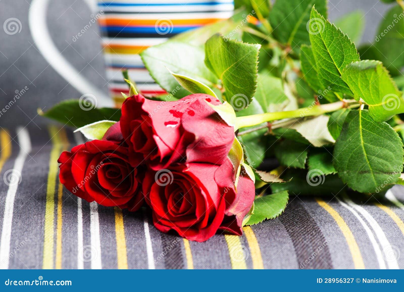 Czerwone róże i filiżanka