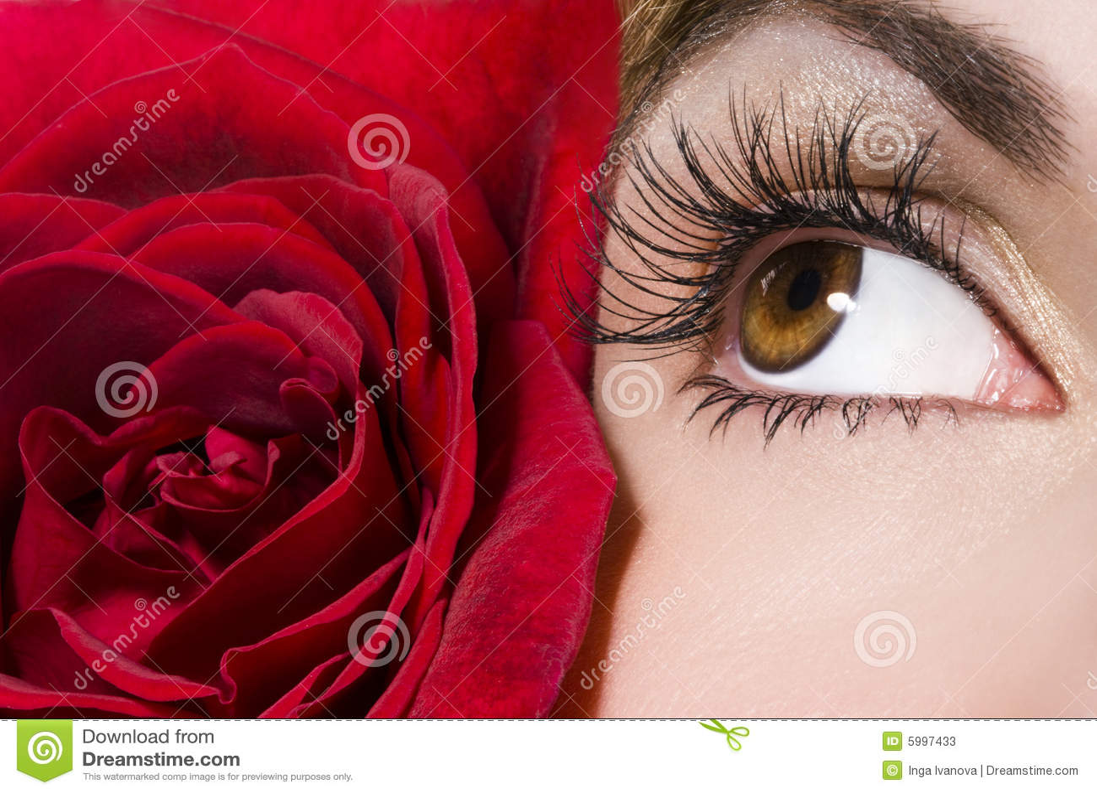 Czerwone róże kobiecie oko