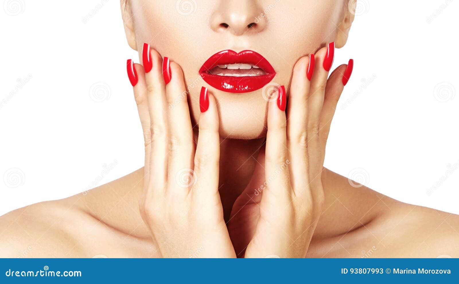 Czerwone wargi i jaskrawi robiący manikiur gwoździe Seksowny otwarty usta Piękny manicure i makeup Świętuje uzupełniał i czysta s