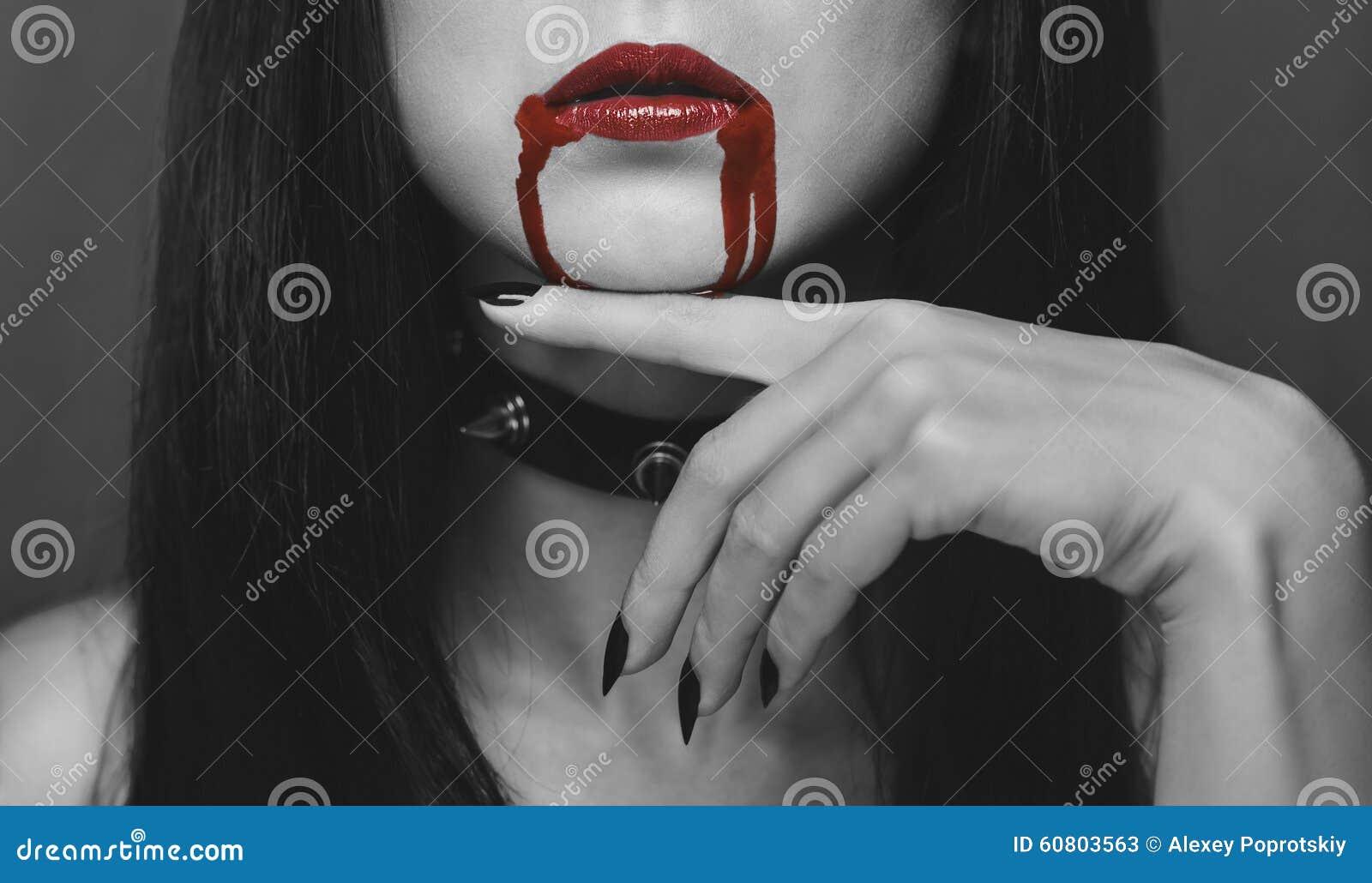 Czerwone wargi wampir w krwi
