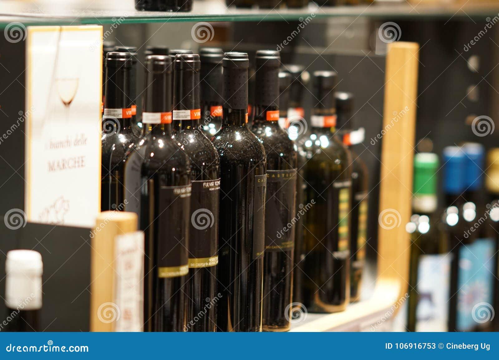 Czerwone wino butelki w wytwórnia win sklepie