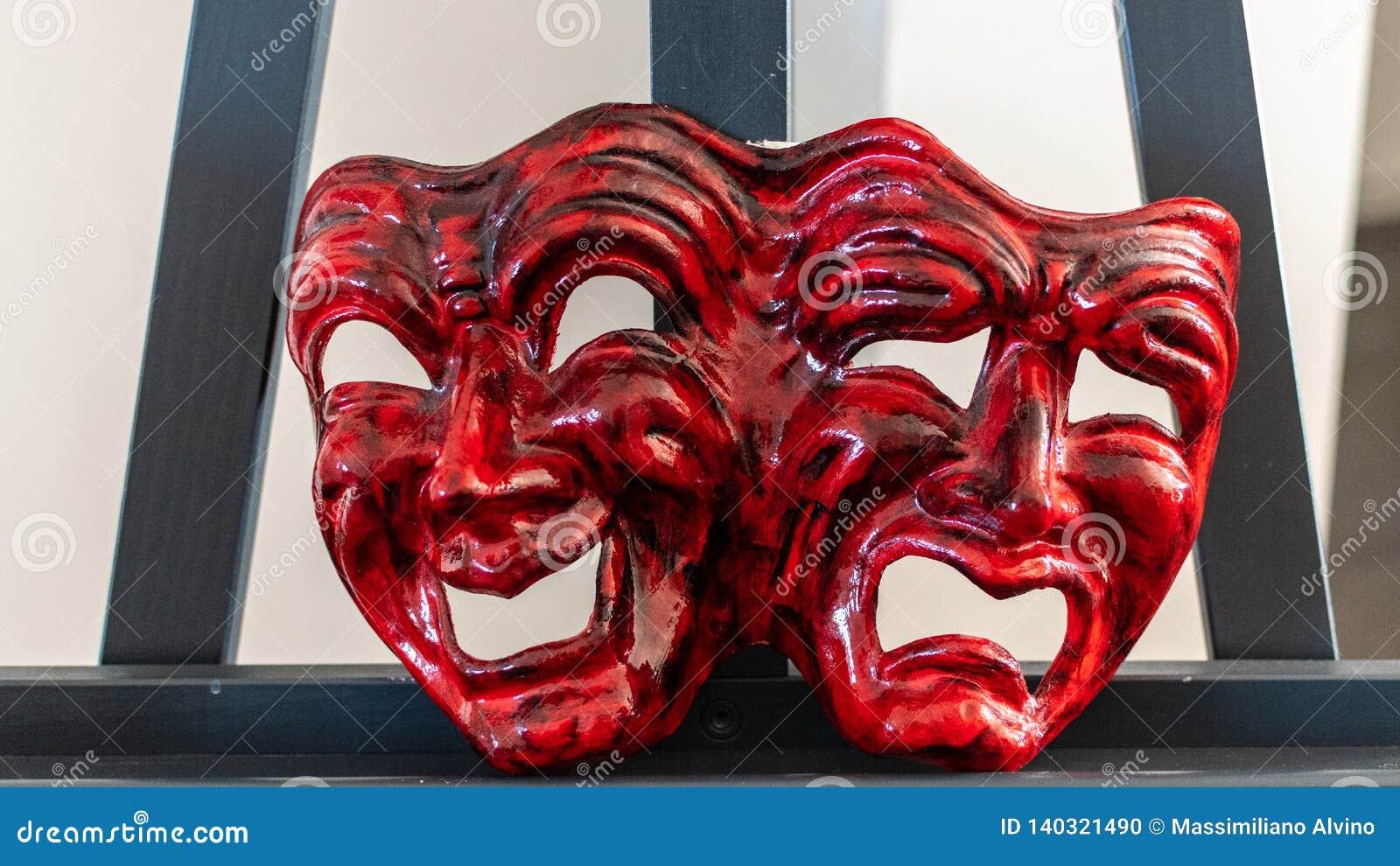 Czerwonego karnawału maskowa reprezentuje radość i smucenie