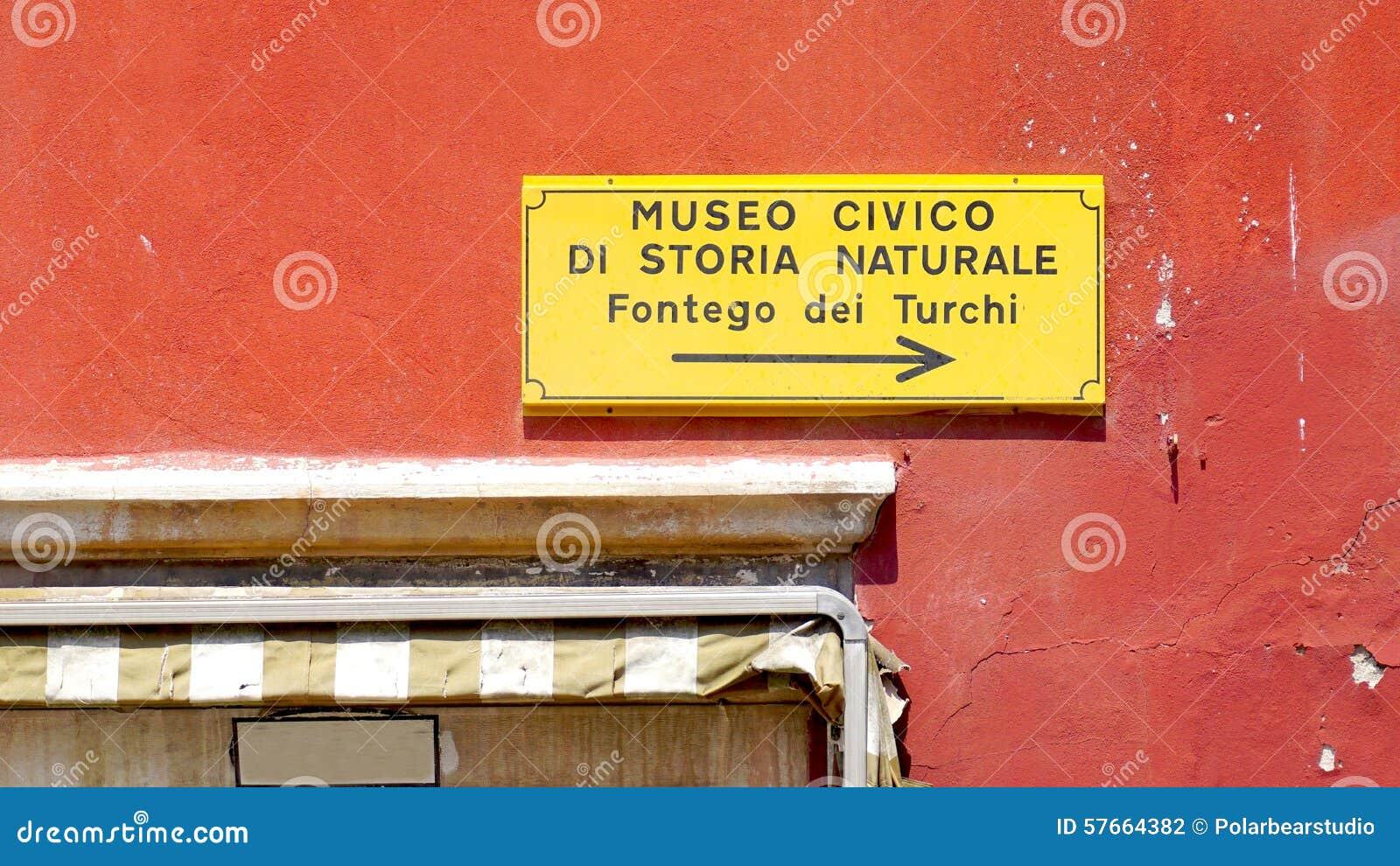 Czerwonego koloru ściana z znakiem