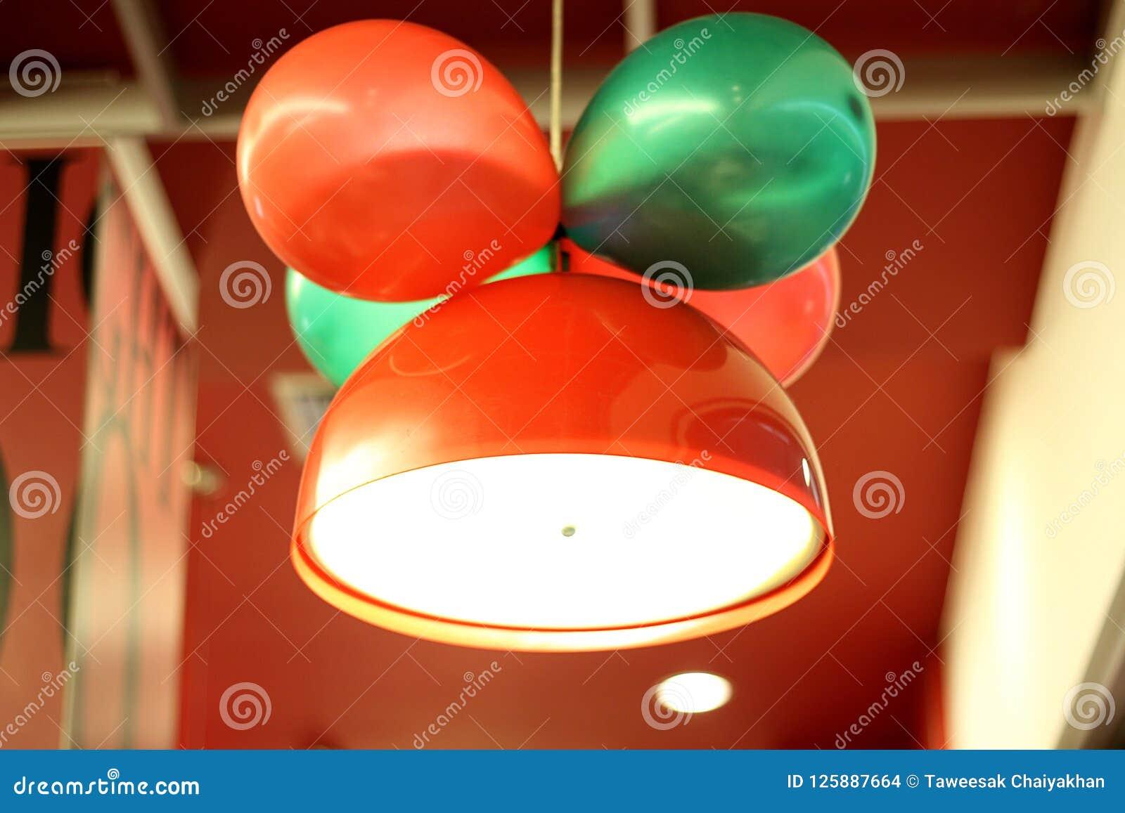 Czerwonego koloru lampa z balonem
