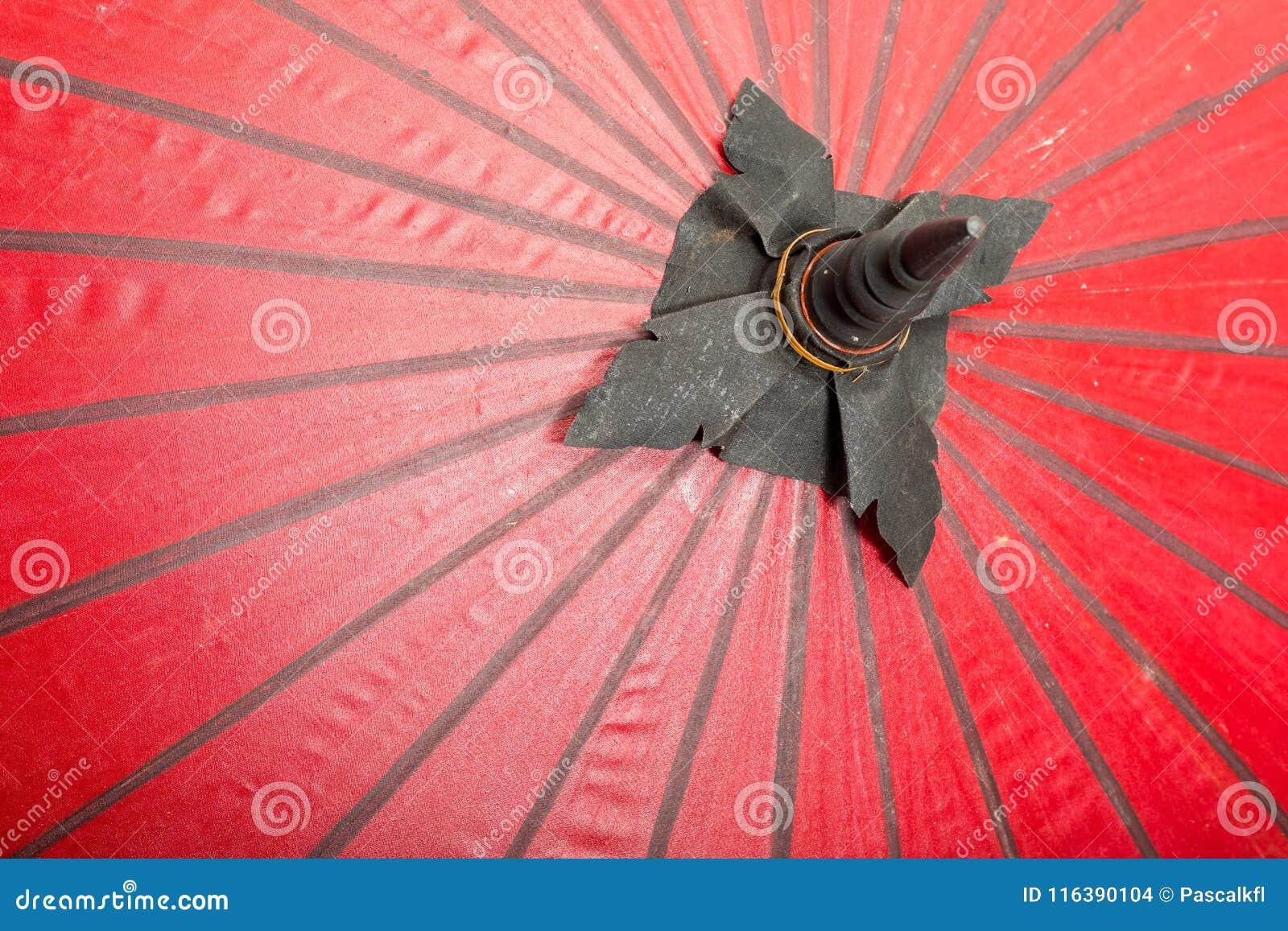 Czerwonego koloru parasole zamykają up, tradycyjny azjatykci craftsmanship w Tajlandia i Myanmar, tło tekstura
