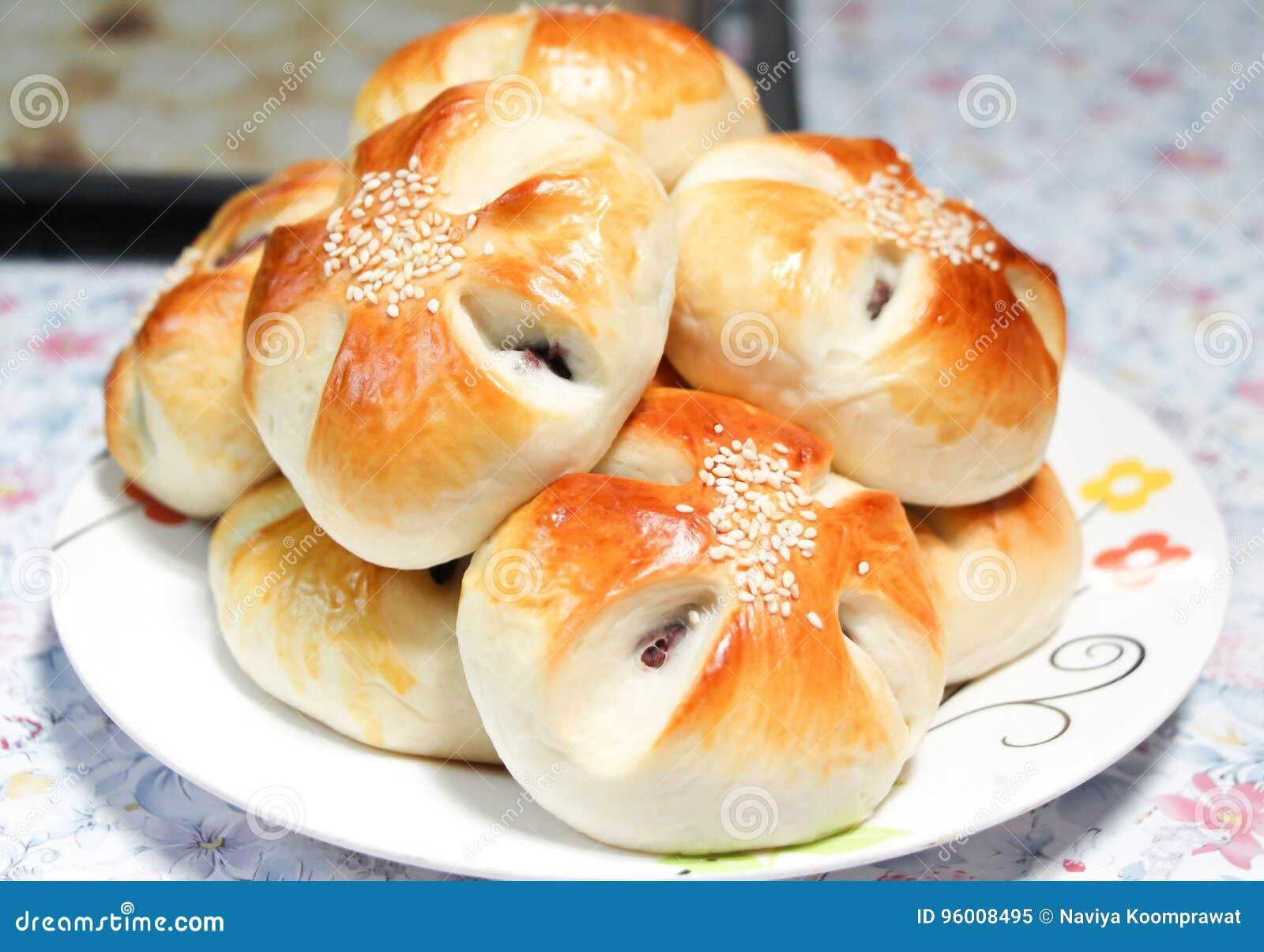 Czerwonej fasoli chlebowe babeczki w naczyniu