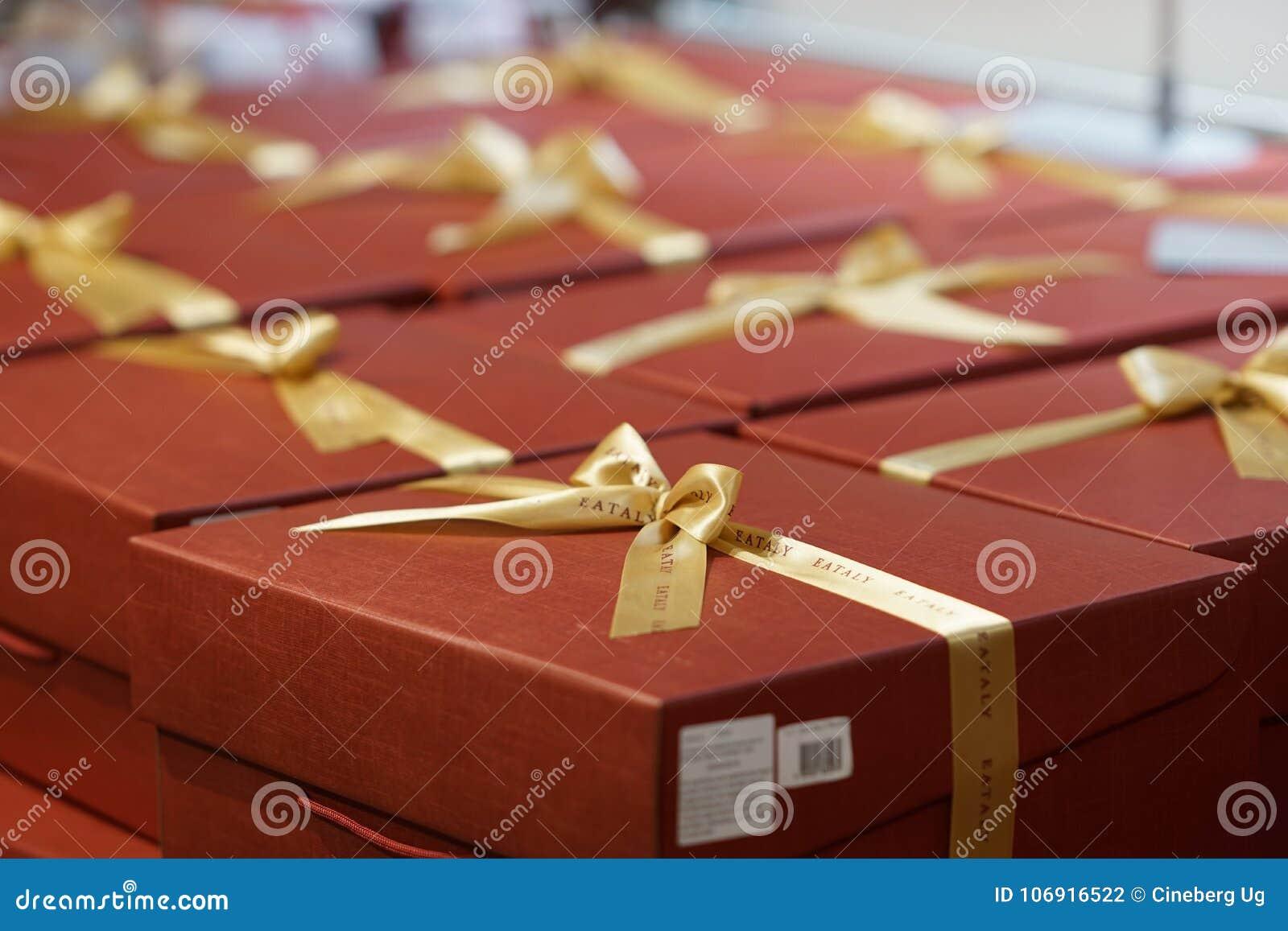 Czerwoni Bożenarodzeniowej teraźniejszości pudełka