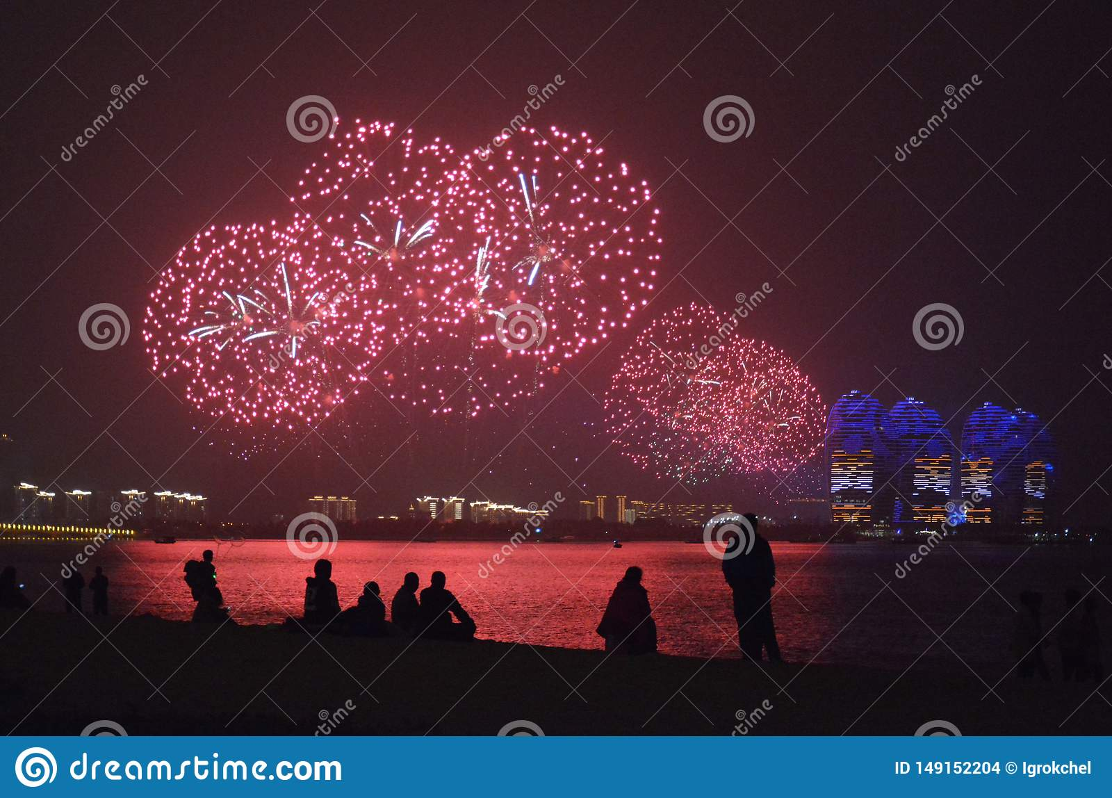 Czerwoni fajerwerki odbijali w wodach chiny po?udniowi morze