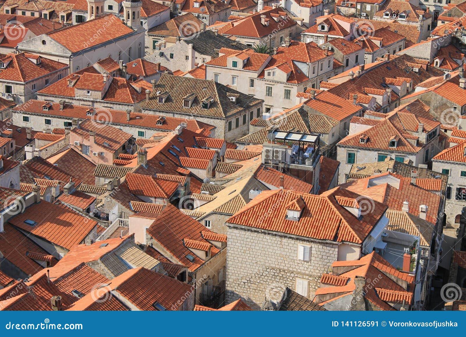 Czerwoni kafelkowi dachy w historycznym centre Dubrovnik Chorwacja
