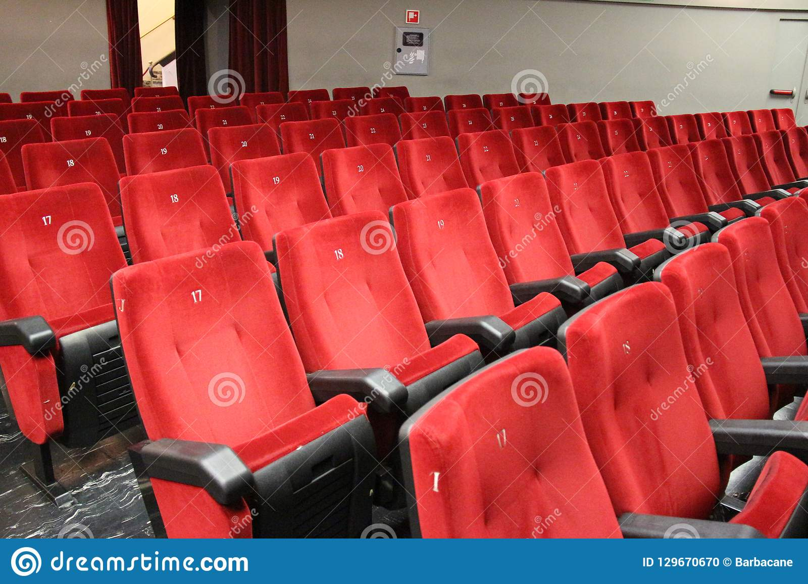 Czerwoni krzesła teatr widownia