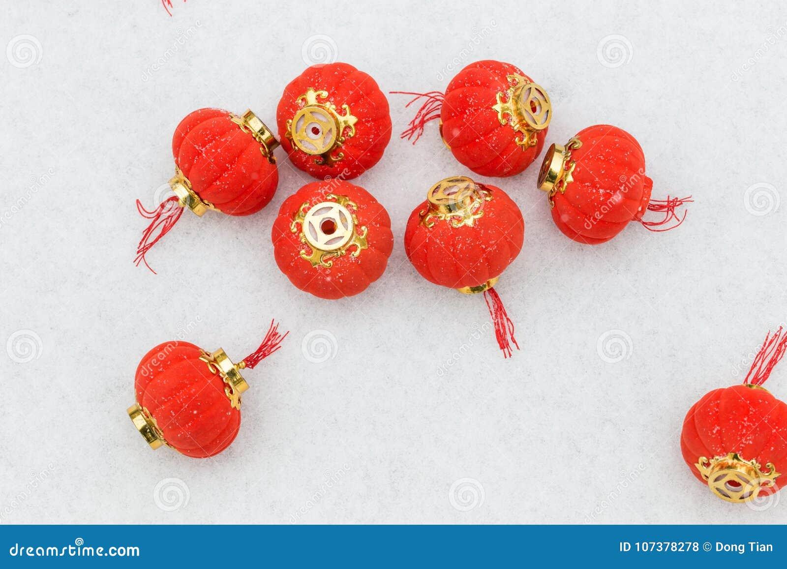 Czerwoni lampiony w śniegu